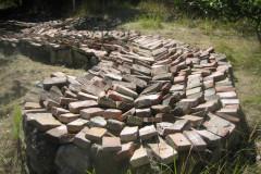 """Murbrokke-installation ved """"bjerget"""". Foto: Claus Andersen, august 2012."""